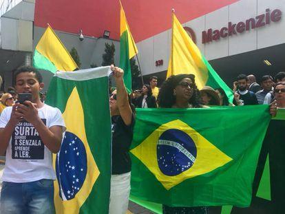 Estudantes e militantes se manifestam contra e a favor de Bolsonaro, na Universidade Presbiteriana Mackenzie