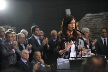 A presidente Cristina Kirchner fala sobre a crise energética a oposicionistas.