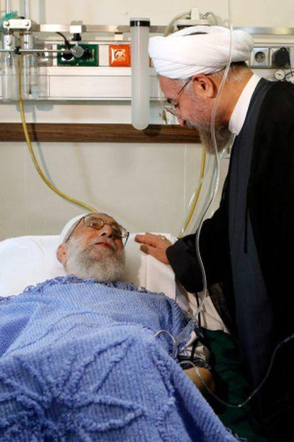 O presidente iraniano (direita) visita o aiatolá (esquerda) depois da operação.