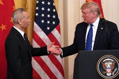 O vice-primeiro-ministro chinês, Liu He, e o presidente Donald Trum, esta quarta-feira na Casa Blanca.