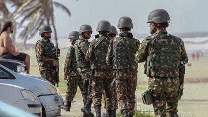 Soldados das Forças Armadas patrulham Fortaleza.