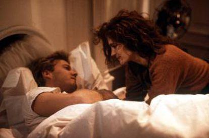 Kiefer Sutherland e Julia Roberts em 'Linha mortal' (1990). Sua relação dentro da tela se afianzó também fora dela.