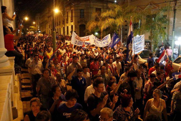 Manifestantes protestam contra o presidente e o Congresso do Paraguai.