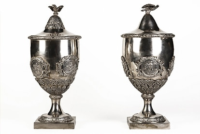 As urnas de prata usadas no Senado do Império aparecem no quadro do juramento da princesa Isabel, na imagem abaixo, no canto inferior esquerdo