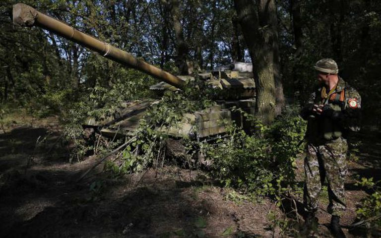 Um separatista russo com um tanque T-64 em Donetsk.