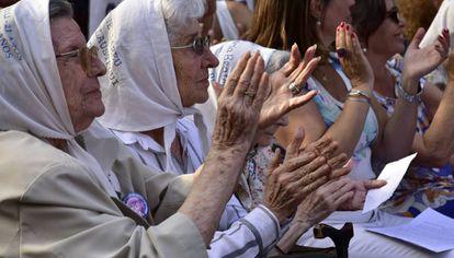 Um grupo de mães, na homenagem aos desaparecidos.