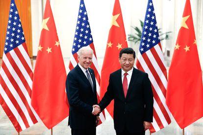Joe Biden e Xi Jinping, numa imagem de dezembro de 2013 em Pequim (China).