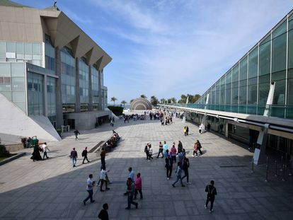 Esplanada entre as instalações da Biblioteca de Alexandria (Egito).