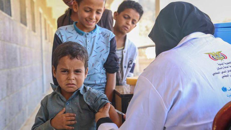 Um menino em uma campanha de vacinação, no Iêmen.