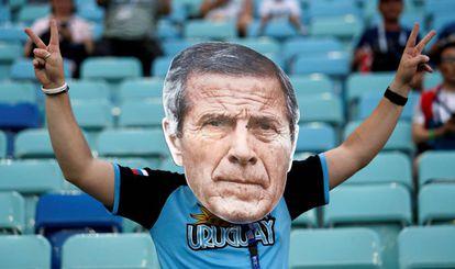 Torcedor do Uruguai com máscara do técnico Óscar Tábarez.