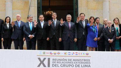 Juan Guaidó (centro), na reunião do Grupo de Lima em Bogotá.