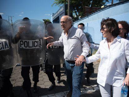 O jornalista Carlos Fernando Chamorro, rodeado por agentes de polícia em Manágua, em 15 de dezembro de 2018.