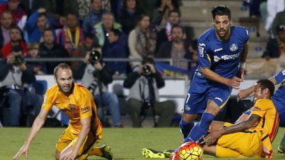 Iniesta (à esq.) na partida contra o Getafe.