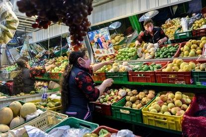 Barraca de frutas no mercado de Corabastos, em Bogotá, Colômbia.