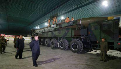 Imagem sem data do líder norte-coreano Kim Jong-un inspecionando o míssil Hwasong-14. Vídeo: lançamento do míssil, nesta terça-feira