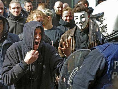 Manifestantes em confronto com a polícia no domingo, em Bruxelas.