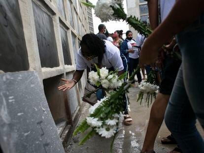 Familiares no funeral de Cleyton da Silva Freitas, 26 anos, um dos mortos na última quinta-feira no Jacarezinho, no cemitério de Inhaúma, no Rio, no sábado.