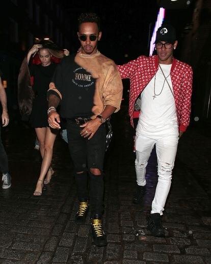 Lewis Hamilton e Neymar Jr., dois dos esportistas mais questionados pelo público, se divertem juntos na noite de Barcelona, em 2017.
