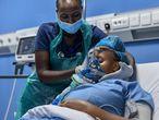 La enfermera de cuidados intensivos, Emily Chepng'eno (izquierda) coloca una máscara de ventilación mecánica durante una simulación para demostrar su funcionamiento tras la instalación de una moderna planta de oxígeno en el Hospital Metropolitano de Nairobi, la capital de Kenia, Nairobi, el 5 de mayo de 2021. En el pico de la tercera ola de covid-19 en Kenia en marzo, los hospitales, que se debilitaban bajo la tensión del virus, vieron cómo se esfumaban sus reservas de oxígeno. Since then, they have been scrambling to increase capacity of the lifesaving element, fearing the nightmare scenario currently unfolding in India due to oxygen shortages. (Photo by TONY KARUMBA / AFP)
