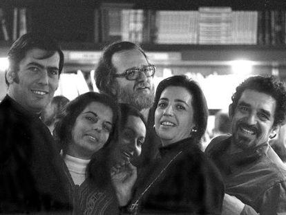 Três grandes da literatura latino-americana e suas esposas, fotografados a princípios dos anos setenta. À esquerda, Mario Vargas Llosa e  sua mulher, Patricia Llosa; no centro, José Donoso y Pilar Serrano. À direita, Mercedes Barcha y García Márquez