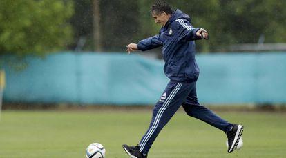 Edgardo Bauza chuta uma bola em seu último dia como treinador.