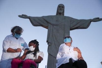 Teresinha Conceição recebe a vacina contra o coronavírus na estátua do Cristo Redentor, no Rio de Janeiro, em 18 de janeiro de 2021.