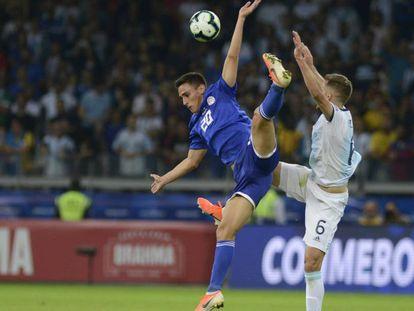 O paraguaio Matias Rojas e Pezzella dividem bola no Mineirão.
