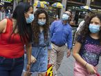 New York (United States), 27/07/2021.- People wearing masks walk through Times Square in New York, New York, USA, 27 July 2021. Many parts of the United States are experiencing a rise in the number of the coronavirus cases as a result of the more contagious delta variant of the virus and it is expected that the US'Äô Centers for Disease Control and Prevention will soon recommend that people who are vaccinated should wear masks in certain situations when inside. (Estados Unidos, Nueva York) EFE/EPA/JUSTIN LANE