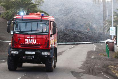 Um caminhão da unidade de emergências se afasta da lava no bairro de La Laguna (Los Llanos de Aridane), em La Palma.