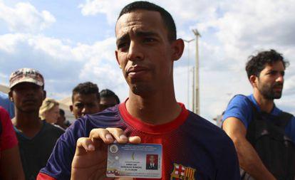 O sargento desertor Jorge Luis González, de 27 anos, após cruzar a fronteira, em Pacaraima, neste domingo.
