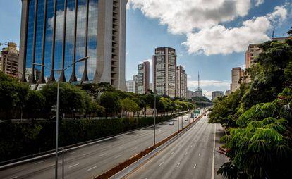 A avenida 23 de Maio quase totalmente vazia durante a quarentena na capital.