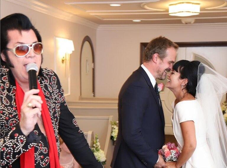 Lily Allen e David Harbour, em seu casamento em Las Vegas.