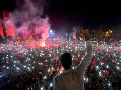 Ekrem Imamoglu fala a seus seguidores após o anúncio da sua vitória nas eleições repetidas.
