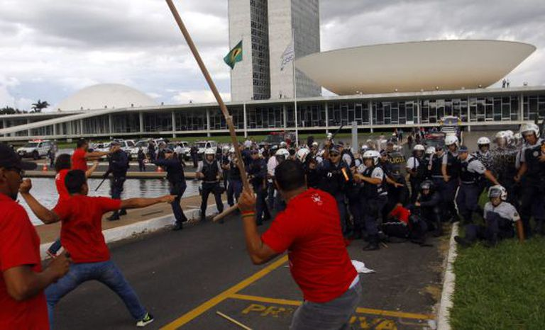 Manifestantes e policiais se enfrentam em Brasília.