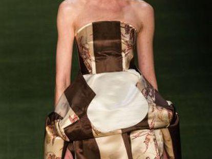 Uma modelo de Alexandre Hercovitch desfila na semana de moda de São Paulo.