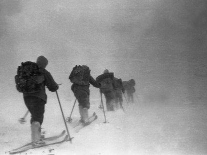 Os excursionistas do incidente do passo Diatlov abrem caminho através da neve em 1º de fevereiro de 1959. Esta foto provavelmente foi tirada dias antes da sua morte.