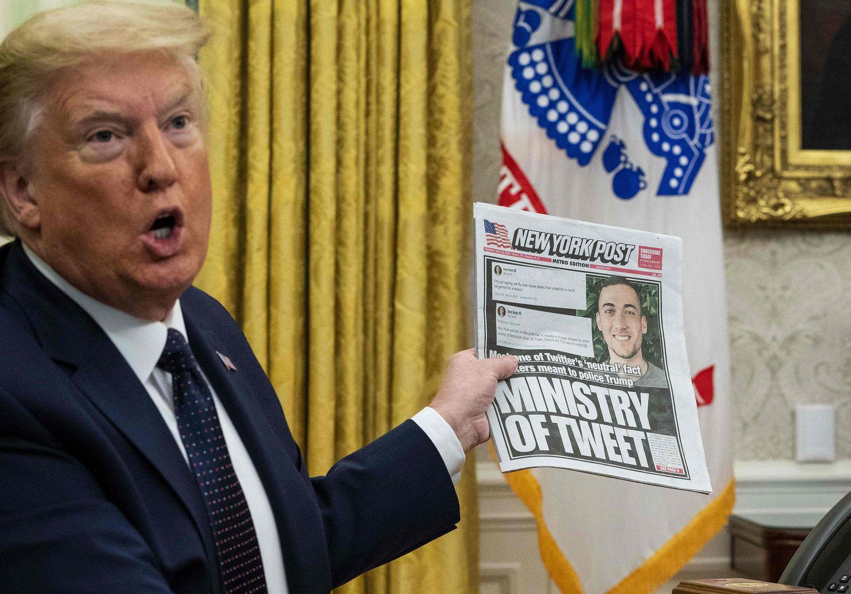O presidente Donald Trump mostra a capa do jornal 'New York Post', onde aparece um funcionário do Twitter. Trump se queixa pelo trato recebido pela empresa.