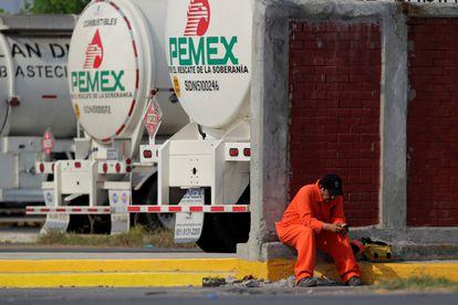 Trabalhador da petroleira mexicana Pemex na refinaria de Cadereyta, em agosto de 2020. Empresa é investigada na Lava Jato.