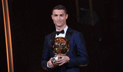 Cristiano Ronaldo recebeu o prêmio em Paris.