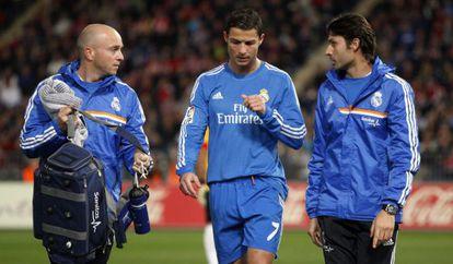 Cristiano fala com os médicos do Madri depois de retirar-se aleijado