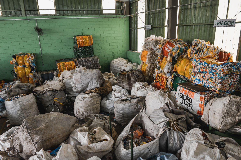 Sem ter para quem vender, material reciclável e acumula no galpão de cooperativa.