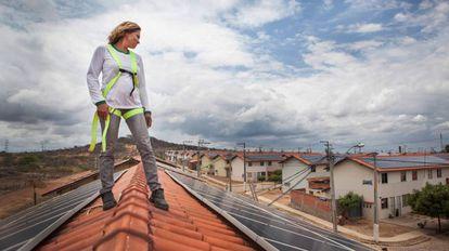 Lucineide Silva, que tem uma microempresa de manutenção e limpeza de painéis solares.