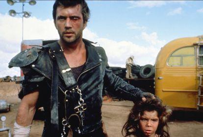 Mad Max 2: Mel Gibson e o menino (Emil Minty) que se converteria no Mad Max do filme que estreou este ano
