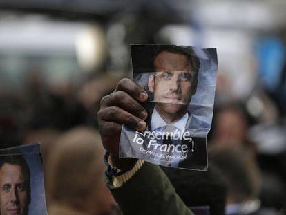 Apoiadores celebram a vitória de Macron.