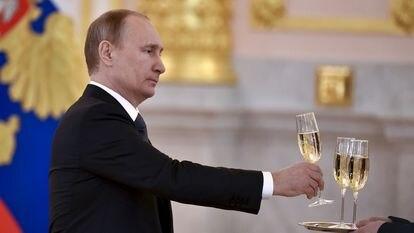 O presidente russo, Vladimir Putin, segura uma taça durante cerimônia no Kremlin, em 2016.