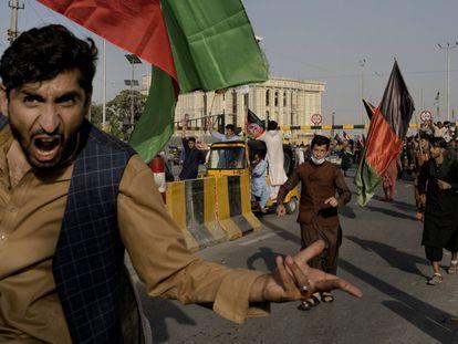Um grupo de afegãos desafia o Talibã agitando bandeiras tricolores nacionais em uma manifestação em Cabul.