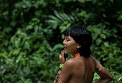 Mulher Yanomami dentro da terra indígena em Roraima.