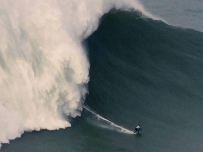Maya Gabeira surfa a onda que lhe valeu o novo recorde mundial.