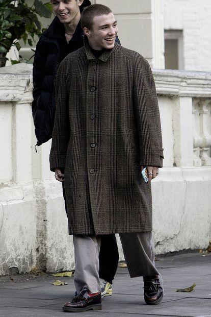 Rocco Ritchie passeando por Londres, em 2017, com um sobretudo que poderia facilmente ter saído do guarda-roupa de 'Sherlock Holmes', filme que seu pai dirigiu.