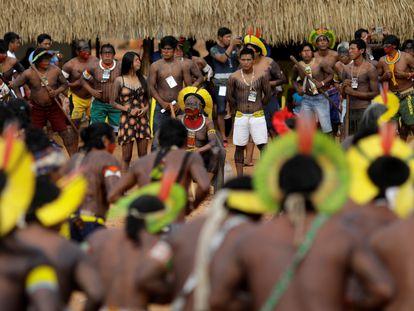 """O cacique Raoni, ao centro, entre líderes indígenas de 47 povos, que estiveram reunidos por quatro dias no Mato Grosso para relançar a """"aliança dos povos da floresta""""."""
